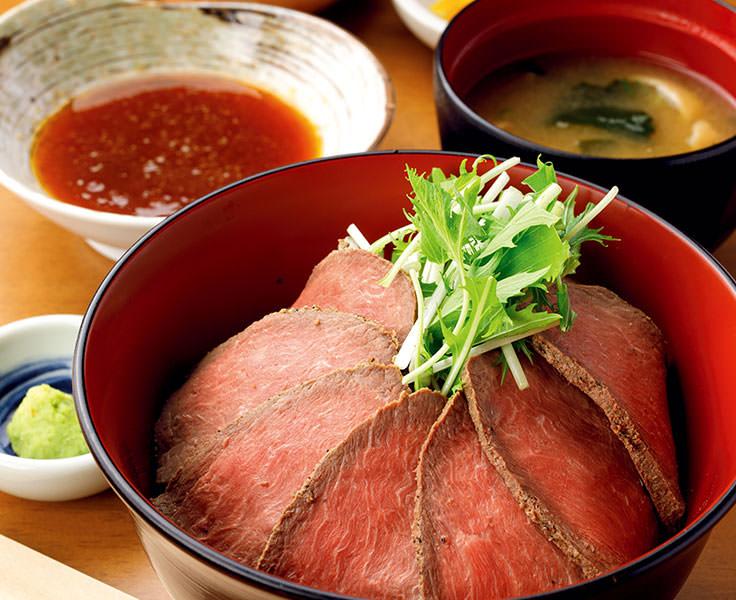 貴重なクジラ肉を使った丼を石巻の美味が集まる市場で堪能